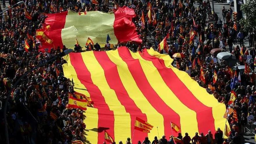 """Miles de personas y los líderes de Cs, PSC y PPC exigen unidad y """"seny"""" en Barcelona"""