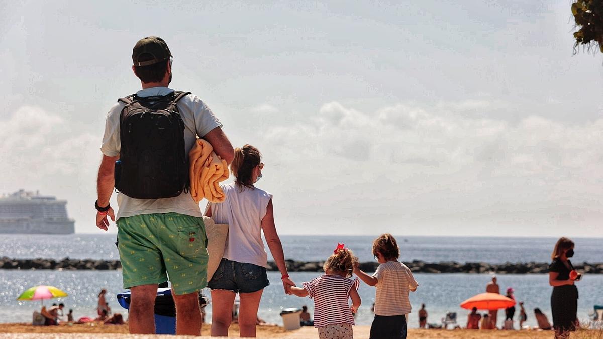 Una familia en la playa de Las Teresitas.