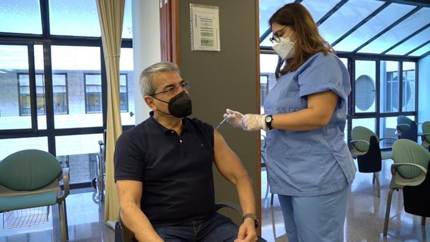 Román Rodríguez se vacuna con AstraZeneca