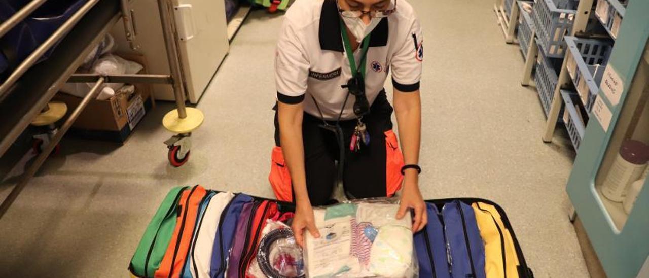 Cinta Coronel, coordinadora de Enfermería del 061, muestra el kit de alumbramientos.