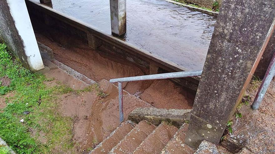 Las fuertes lluvias vuelven a convertir en lodazal el camino y el lavadero de Guillán