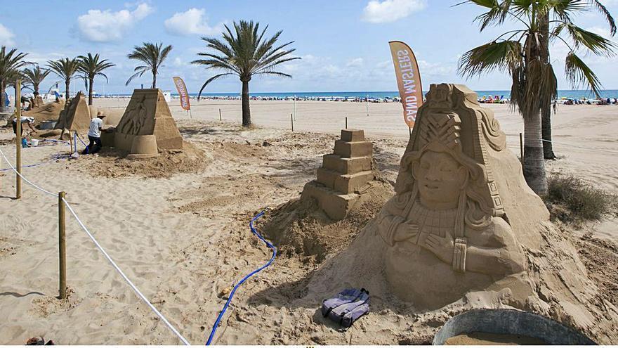 Un paseo por el arte en arena en la playa de Gandia
