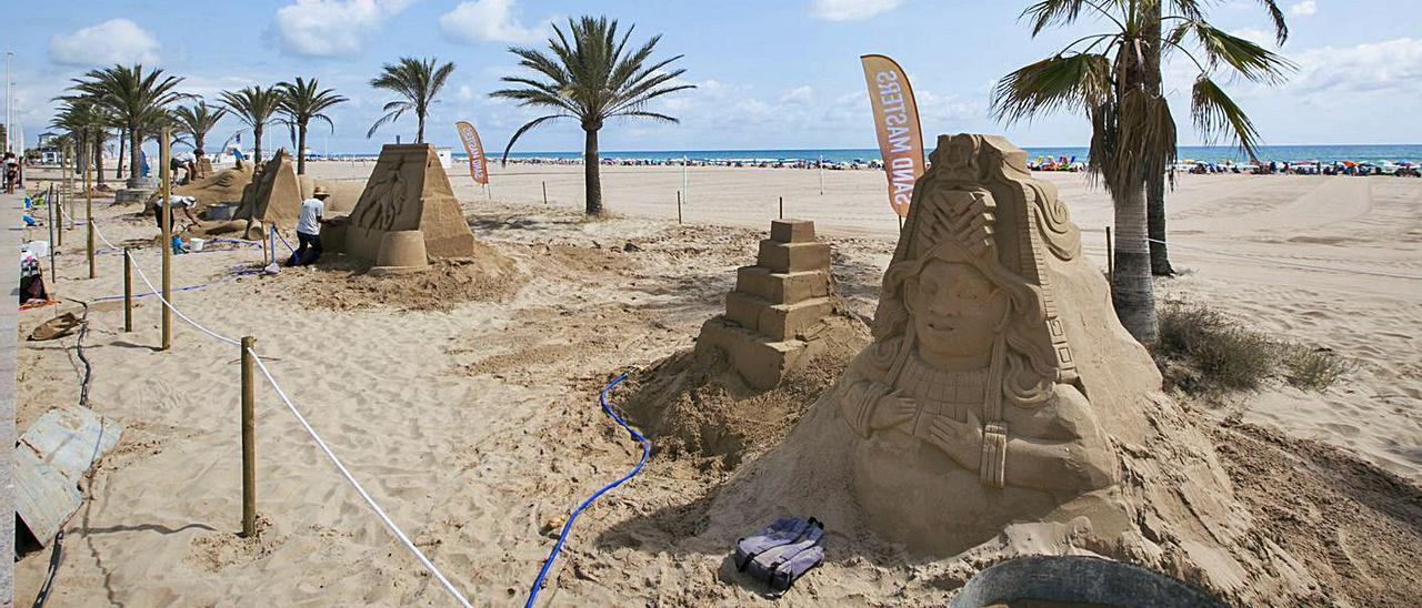 Un paseo por el arte en arena en la playa de Gandia | ÀLEX OLTRA