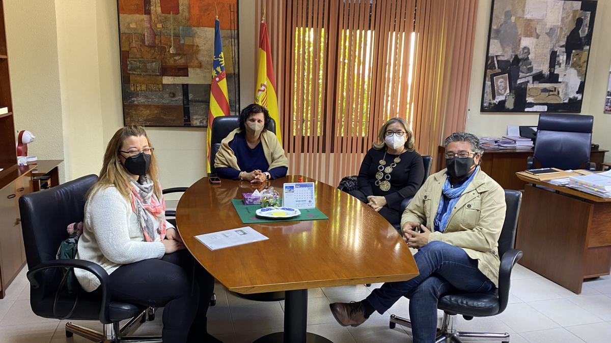La vicepresidenta de la Diputación, Patricia Puerta, con representantes de Confemercats.