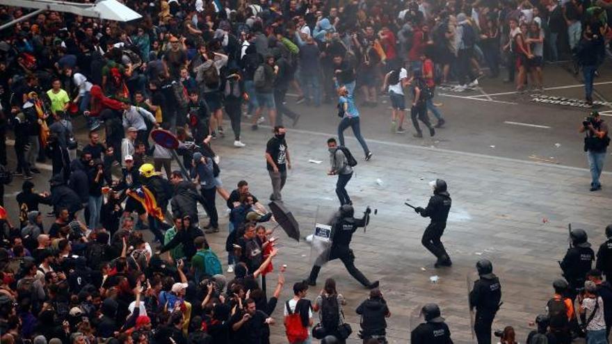 Más de 100 vuelos cancelados en El Prat y cargas de la Policía en Barcelona por las protestas independentistas