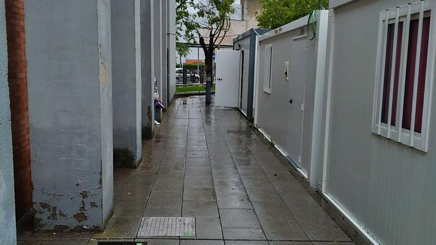 Sanidad en Zamora: esperando bajo la lluvia la consulta en la caseta de obra