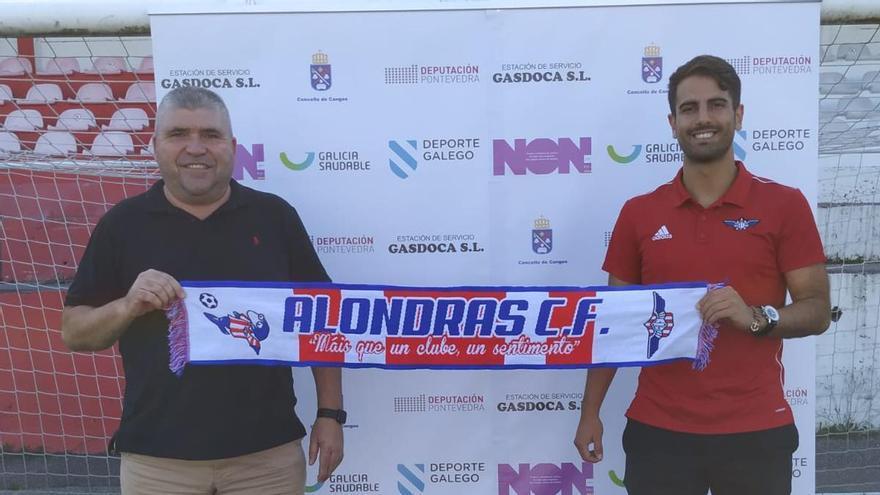 Manu Vilán (derecha) con el presidente del Alondras, Luis Guimeráns.