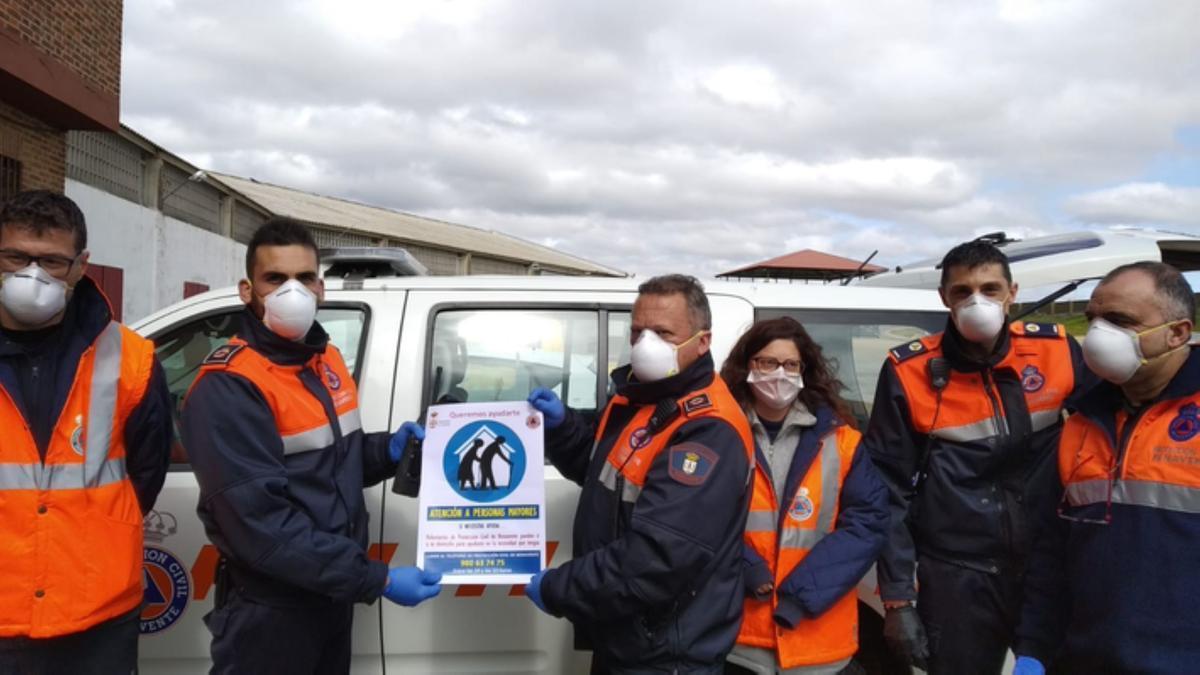 """Voluntarios de Protección Civil, con el programa """"Queremos ayudarte"""". / E. P."""