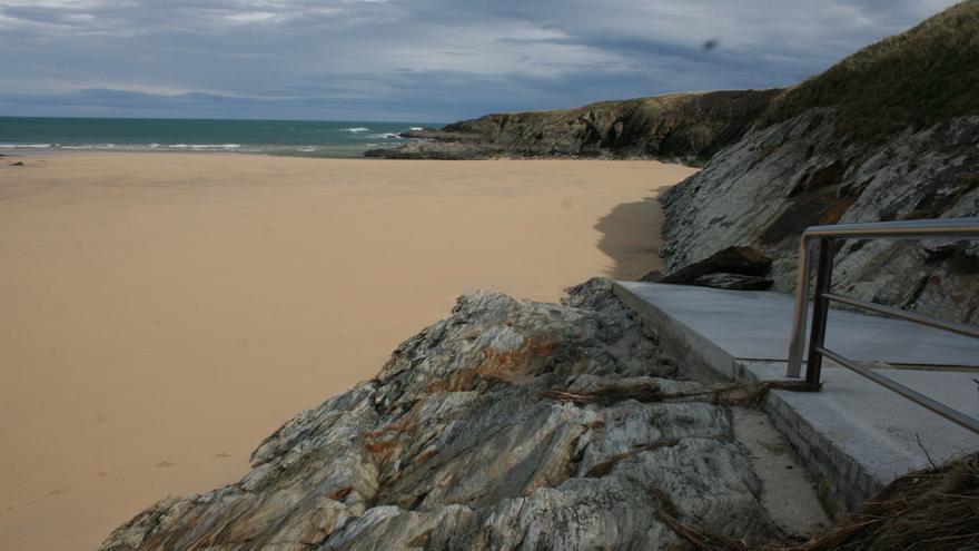 Sólo una playa asturiana no tiene agua apta para el baño: la de Serantes (Tapia de Casariego)