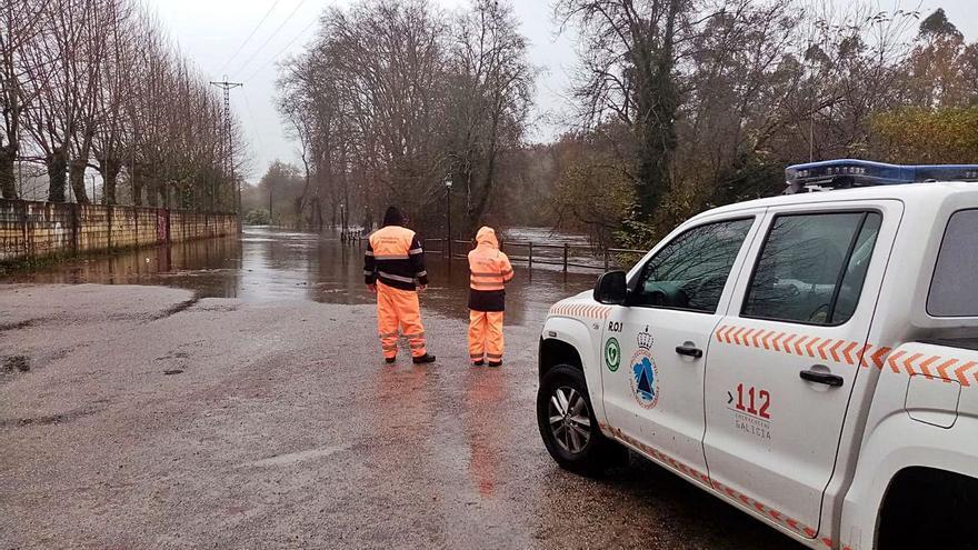 Desalojadas cinco personas y cuatro perros tras desbordarse el río Tea en Ponteareas