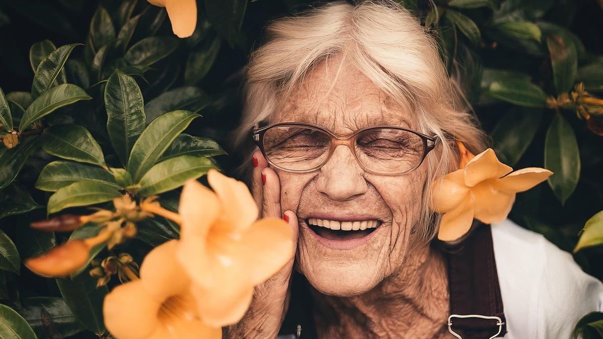 Una mujer sonriendo llena de felicidad en una imagen de archivo.
