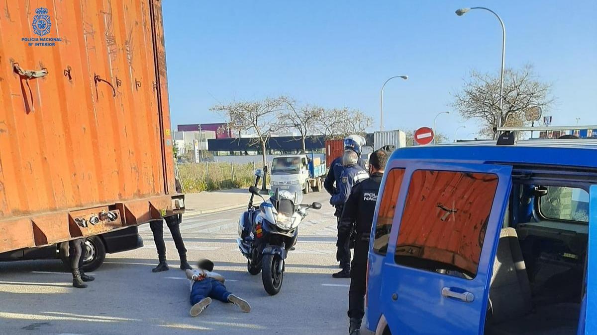 Agentes de la Policía Nacional detienen al conductor de la furgoneta.