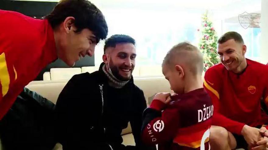 Emotivo momento de un niño con Dzeko y Gonzalo Villar