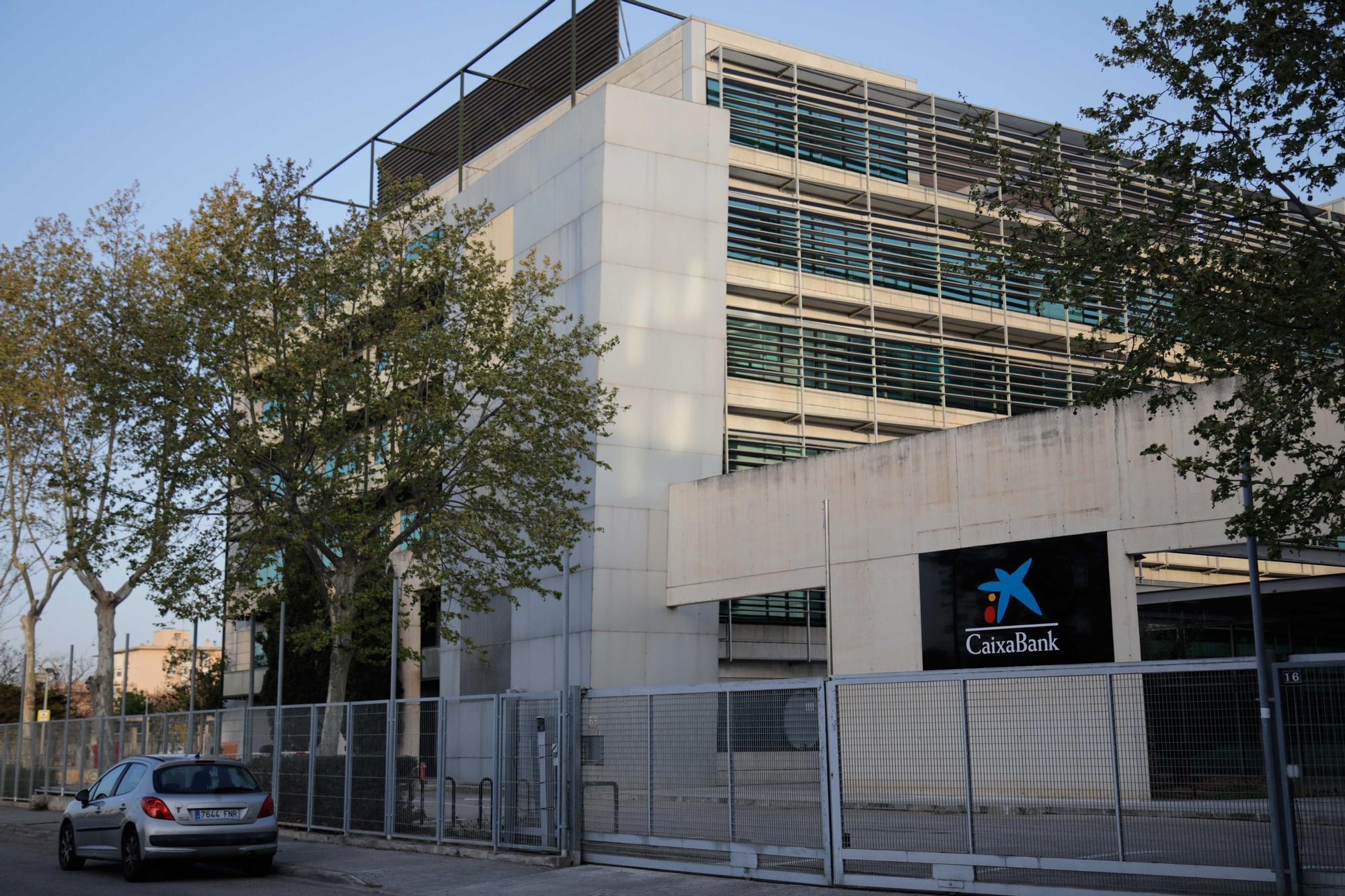 CaixaBank cuelga su logo en Son Fuster tras la absorción de Bankia