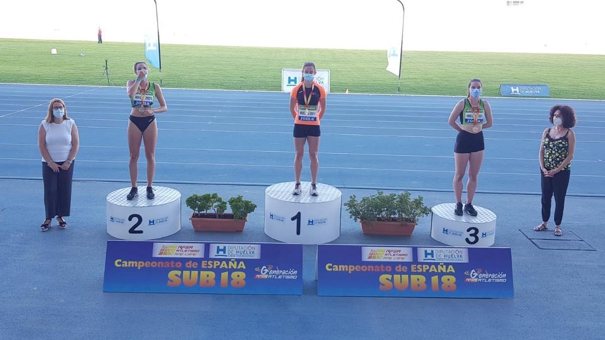 Elena Guiu, en el centro del podio, tras su victoria.