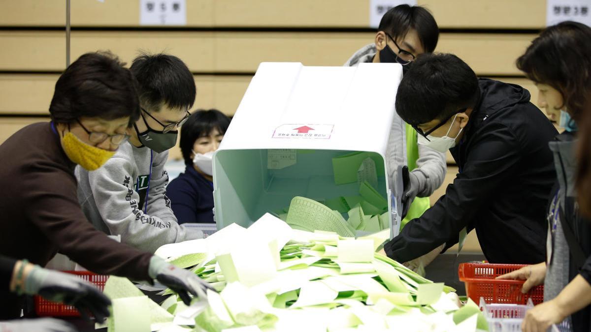 Las elecciones legislativas en Corea del Sur se celebraron durante la pandemia, entre estrictas medidas de seguridad // Efe
