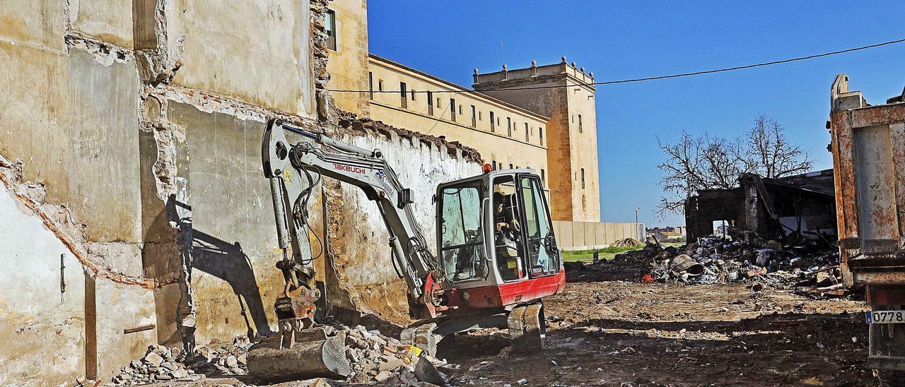 Una maquina derriba las construcciones del entorno de San Miguel de los Reyes y deja al descubierto la basura acumulada en las mismas.  | M.A. MONTESINOS