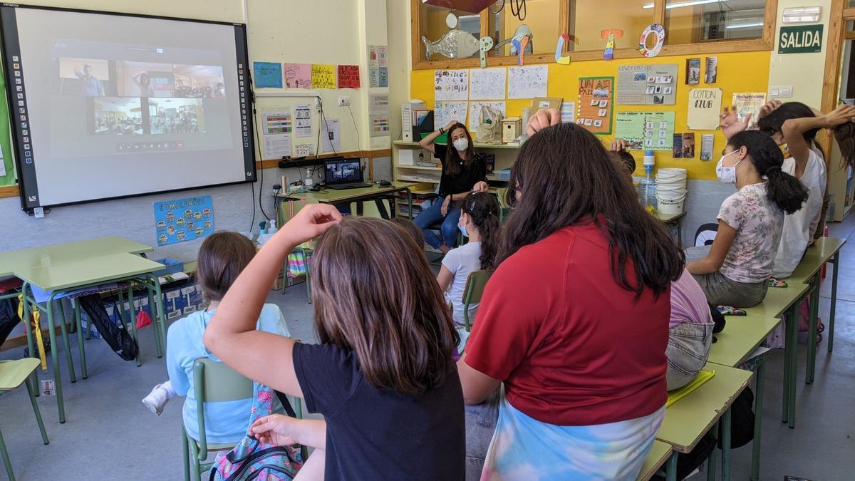 Los escolares cantan el Himno de Aragón en lengua de signos, en la Jornada de Convivencia de las Escuelas Asociadas a la Unesco de Aragón.