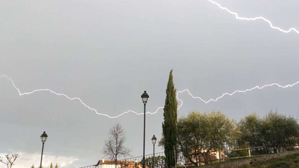 Cardona. Un petit ruixat amb llamps i trons va fer acte de presència al municipi de Cardona. Al migdia, el cel es va carregar de núvols, que van deixar anar un ruixat cap a mitja tarda. A la imatge, la intensitat d'un llamp que va caure.