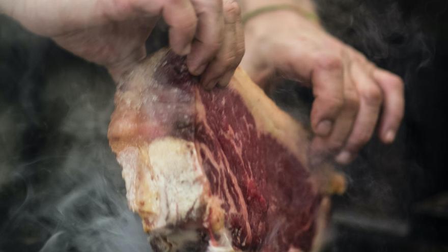 """Cómo cocinar un chuletón de """"vaca vieja"""" en casa"""