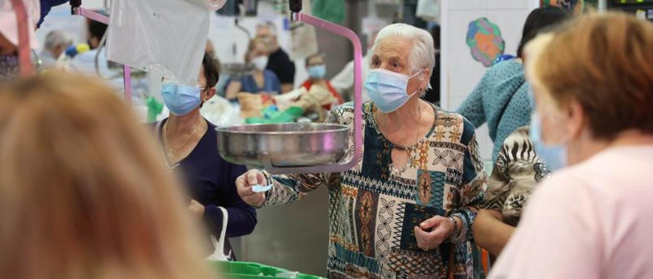 Compradores en el mercado del Calvario de Vigo, ayer.     // ALBA VILLAR