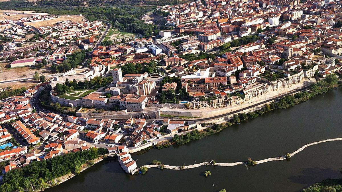 Imagen aérea de la capital zamorana con el río Duero como protagonista. | Emilio Fraile
