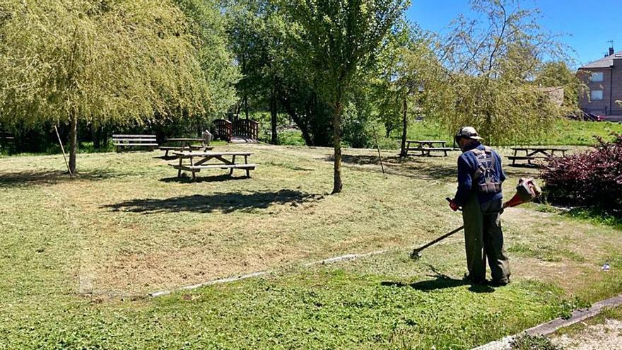 Rodeiro pone a punto el parque y el paseo junto al río