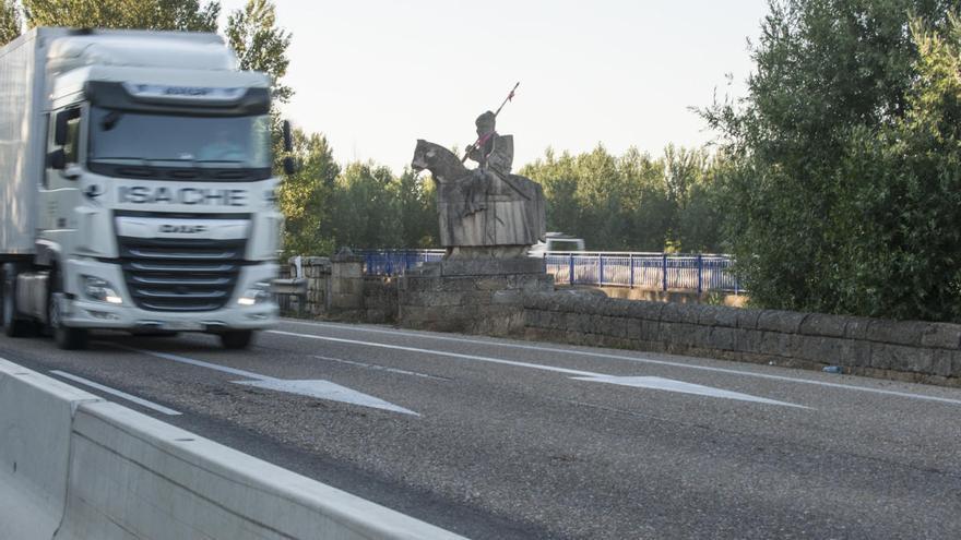 El icónico caballero del puente del Esla, en la  A-6 en Benavente, víctima del vandalismo
