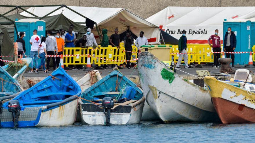 Trasladan a Gran Canaria a 43 subsaharianos rescatados de una patera