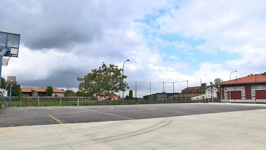 La pista deportiva de Santa María de Vigo estrena cierre y firme tras la renovación de las instalaciones