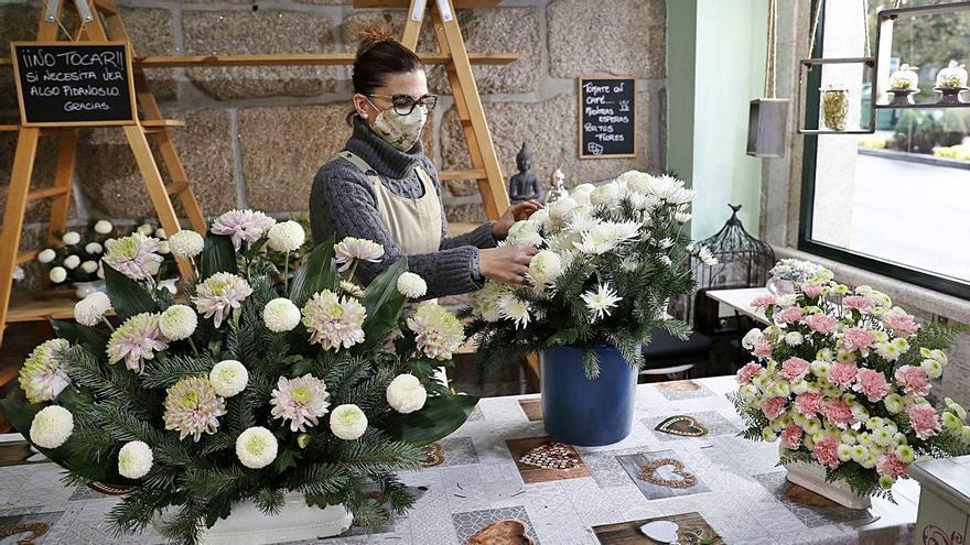 Vanesa López, propietaria de la floristería Trudel Waidele, en Pereiró.     // JOSÉ LORES
