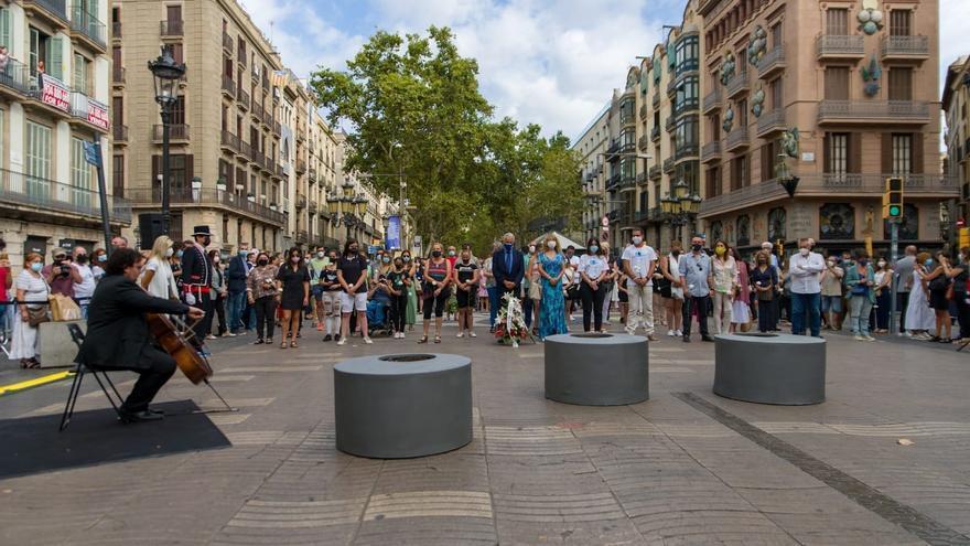 Barcelona recorda l'atemptat del 17A amb un minut de silenci a la Rambla