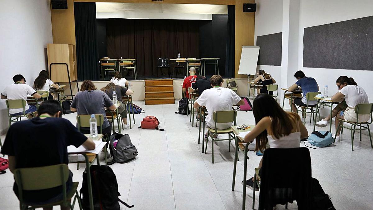 Estudiantes, en la selectividad pasada, en el salón de actos de un colegio. | MIGUEL ÁNGEL MONTESINOS