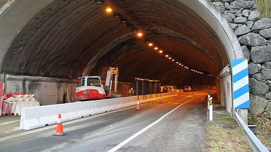 Unos semáforos darán paso alternativo en el único carril abierto del túnel de Sotrondio