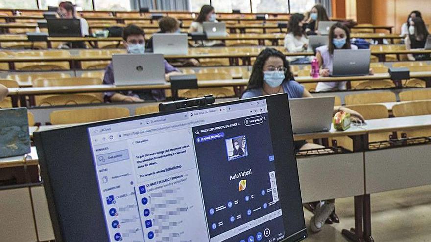 Clases en la Universidad de Alicante que siguen el modelo dual.