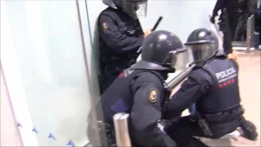 VÍDEO | Càrregues policials per evitar que els manifestants accedeixin a l'Aeroport de Barcelona