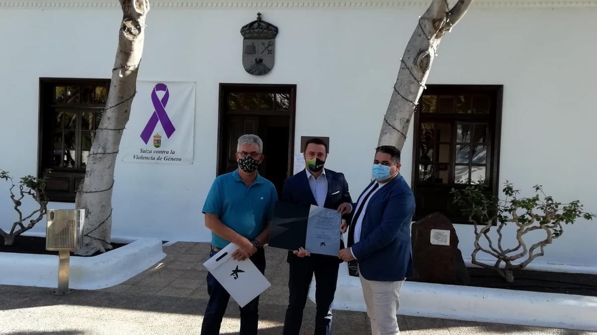 Ángel Domínguez (izquierda), Óscar Noda y Carlos Cejudo ante el Ayuntamiento de Yaiza.