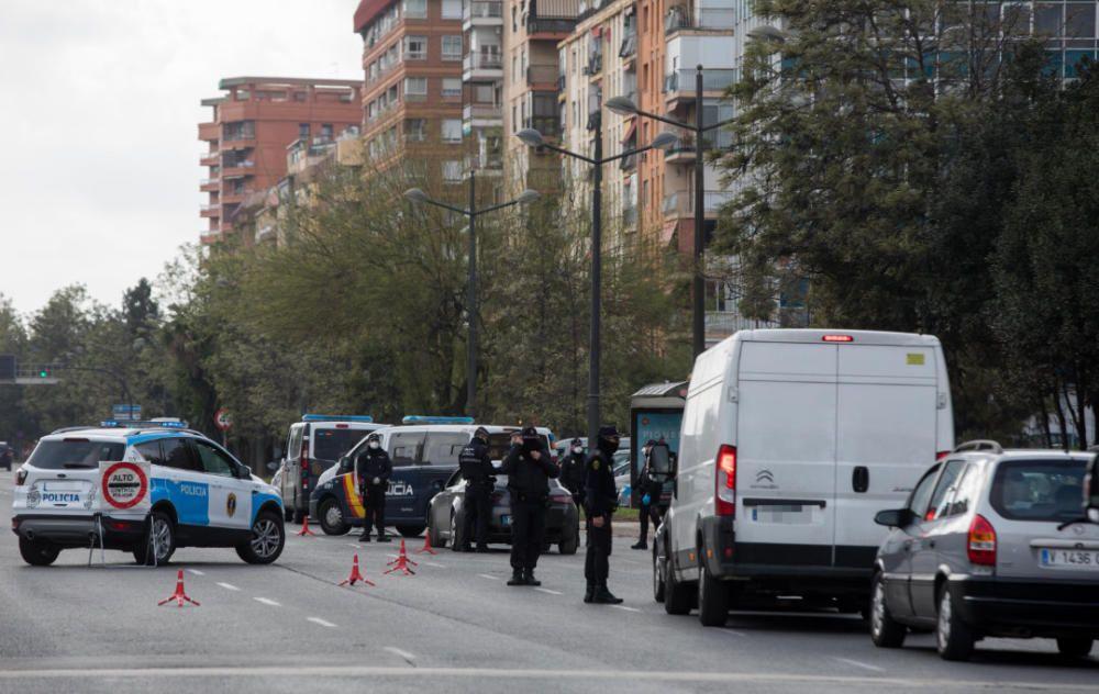 Miles de valencianos colapsan las salidas de la ciudad en pleno estado de alarma