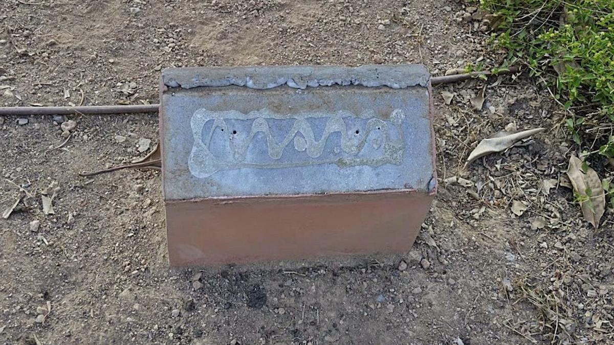 Soporte donde estaba colocada la placa en recuerdo de la menor desaparecida en 2013. | J.L.IGLESIAS