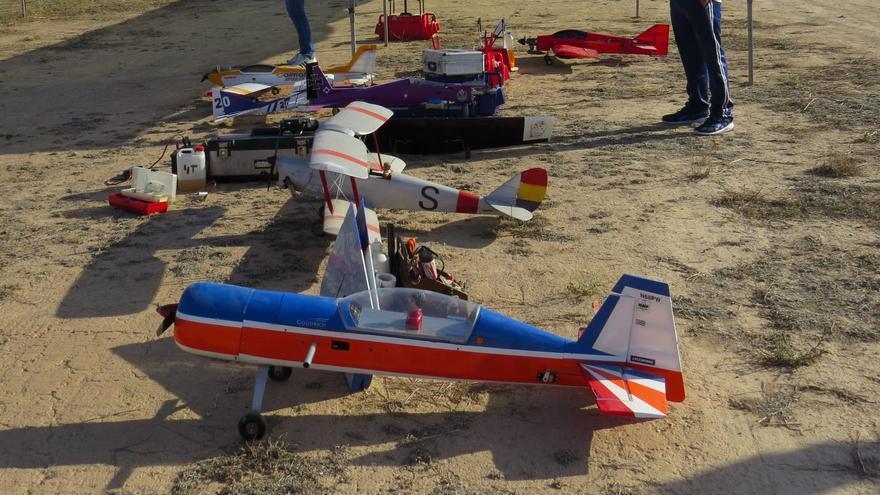 Una treintena de maquetas en la exhibición de aeromodelismo de Lorca