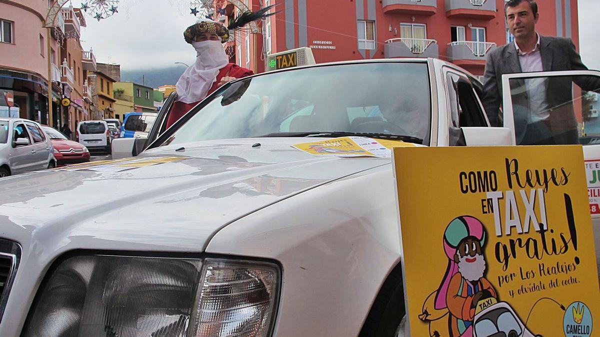 El alcalde de Los Realejos, Manuel Domínguez, en el Camello taxi.