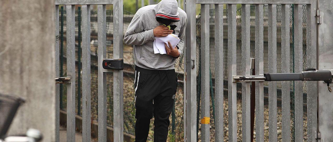 El joven detenido por la muerte del niño, a su salida el miércoles de los calabozos.
