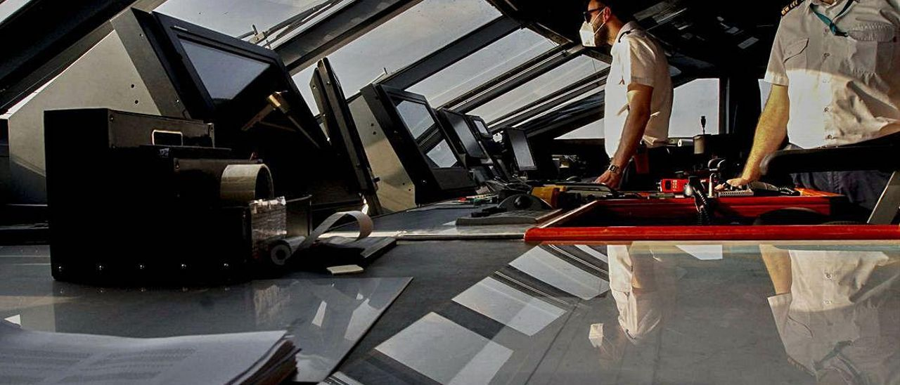 Miembros de la tripulación del buque de Baleària 'Ramon Llull' en el puente de mando, ayer.