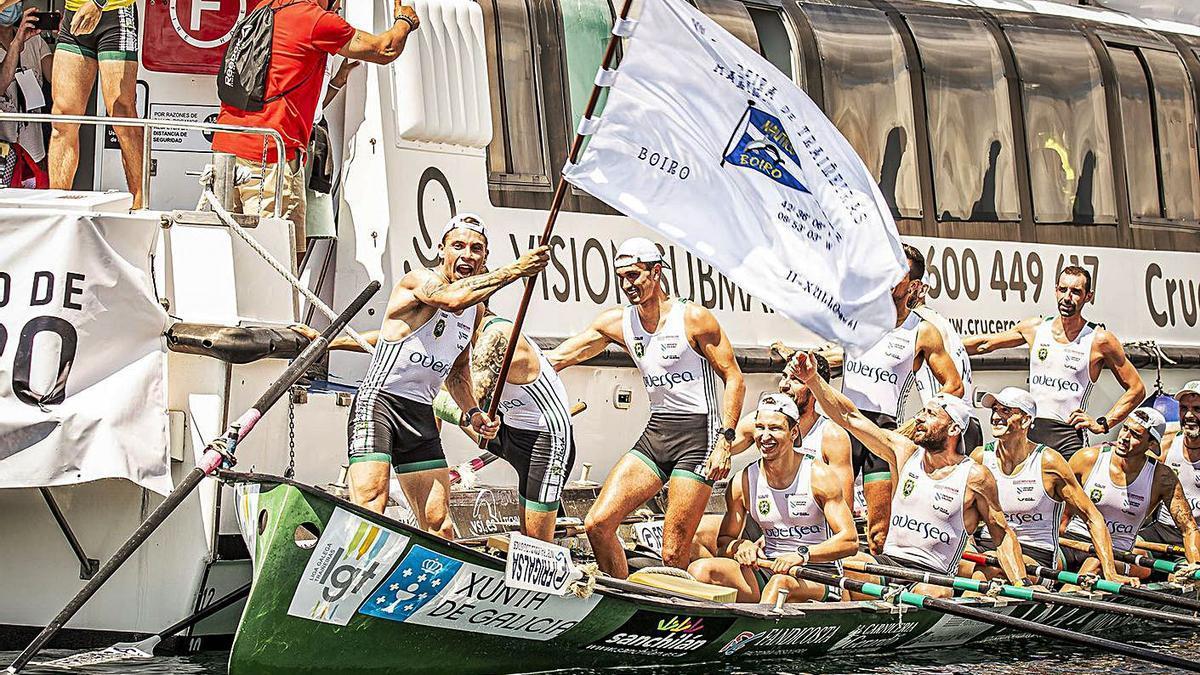 Los tripulantes de Samertolaméu celebran su victoria de ayer en Cabo. // LIGALGT