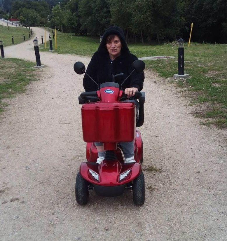 Ana Estévez con la moto adaptada que le robaron