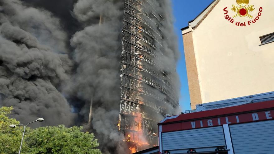 Un espectacular incendio devora un edificio de 20 pisos en Milán