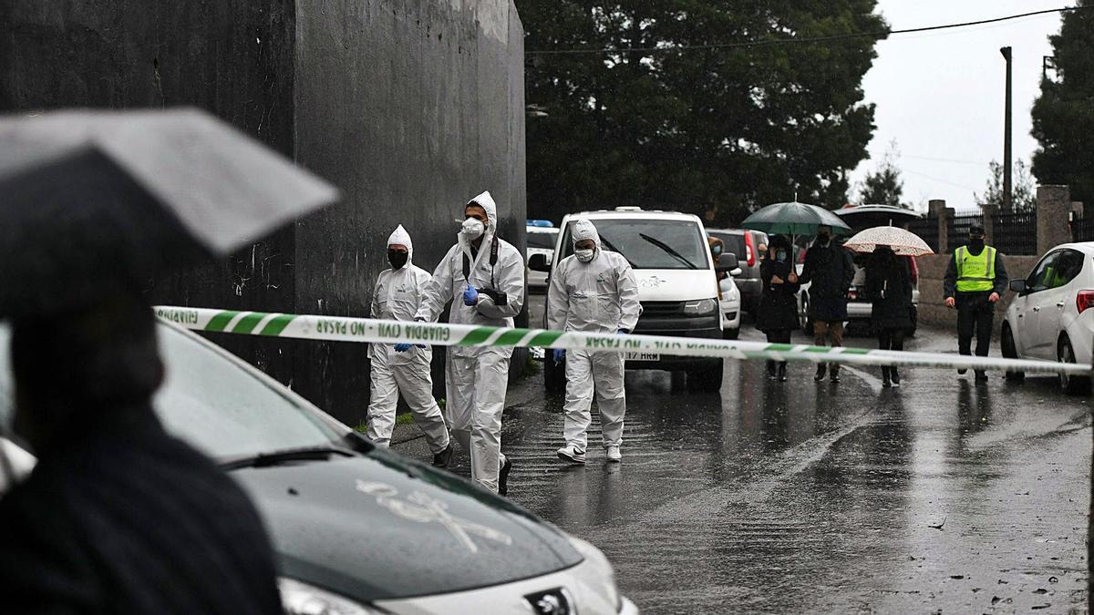 Los agentes de Criminalística recogiendo pruebas en el lugar donde se encontró el cuerpo. |   // GUSTAVO SANTOS