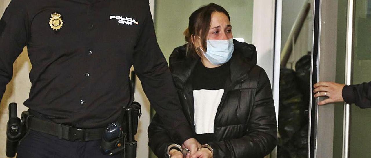 En dos casos la prisión permanente no llegó a aplicarse. A la izquierda, la pareja que mató al pequeño Aarón en Elche; a la derecha, el hombre que mató a su madre en Torrevieja.   ANTONIO AMORÓS