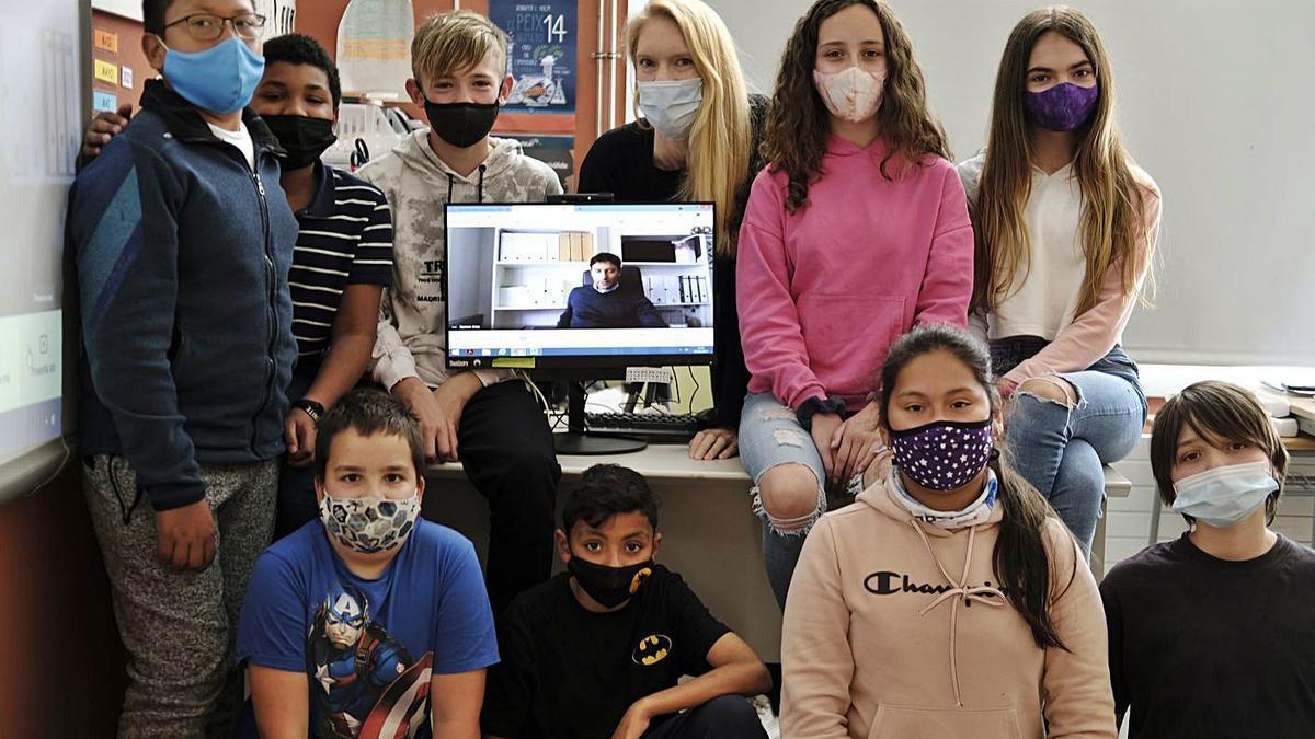 Alumnes de l'escola de Sant Climent durant la videoconferència amb Ramon Gras Alomà