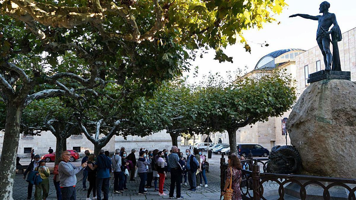 Un grupo de turistas en la plaza de Viriato.
